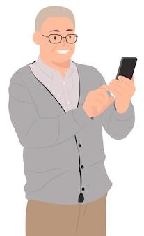 Старший старик счастливо смотрит на смартфон