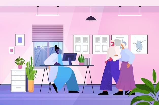 Пожилые пациенты, посещающие офис медицинской клиники, женский консалтинг, пожилые люди в больнице, медицина, концепция здравоохранения, горизонтальная полная длина, векторная иллюстрация