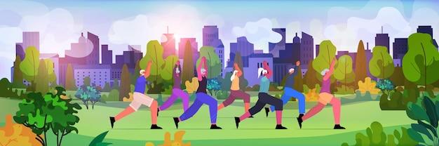 도시 공원에서 신체 운동을하는 노인 그룹 노인 남성 여성 훈련 야외 운동 건강한 생활 방식 활성 노년 개념 수평 전체 길이 벡터 일러스트 레이션
