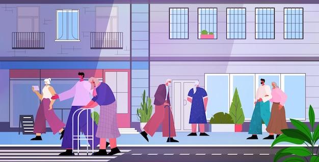 Пожилые люди гуляют по улице зрелые мужчины женщины группа проводят время на открытом воздухе концепция старости горизонтальная полная длина векторная иллюстрация