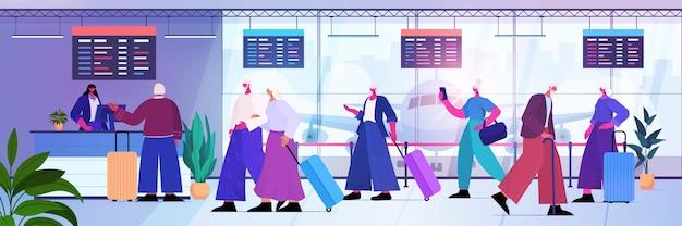 활성 노년 개념을 여행하는 공항 카운터에서 체크인하기 위해 대기열에 수하물을 들고 있는 노인들