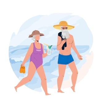 Старший отпуск вместе на векторе береговой линии океана. старая женщина, несущая тапочки и питьевой коктейль, старший мужчина в шляпе и солнцезащитных очках гуляет по песчаному пляжу. персонажи плоский мультфильм иллюстрации