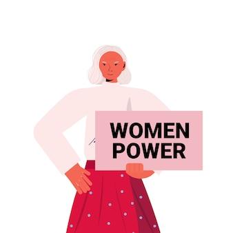 ポスターを保持している年配の女性活動家女性のエンパワーメント運動女性の力の概念の肖像画ベクトル図