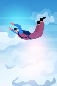 Старшая женщина летит вниз во время прыжка с парашютом в возрасте парашютист, плавающий в воздухе с парашютом в свободном падении, активная старость