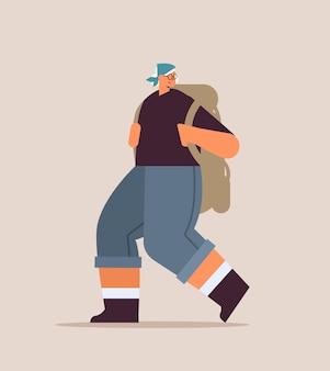 Старшая женщина-путешественница, путешествующая с рюкзаком, активная концепция физической активности в старости, полная длина, векторная иллюстрация