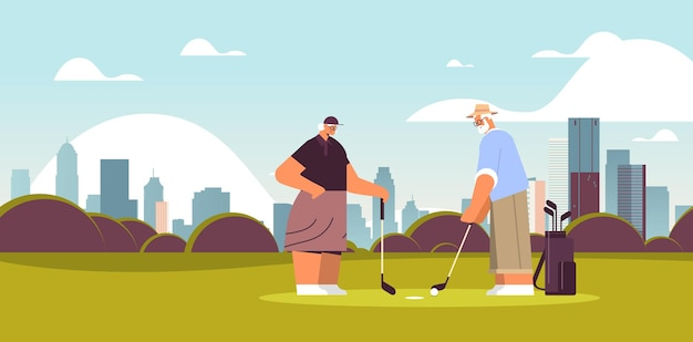 Старший женщина мужчина пара играет в гольф в возрасте семейных игроков, делающих выстрел активной старости концепции городского пейзажа фон