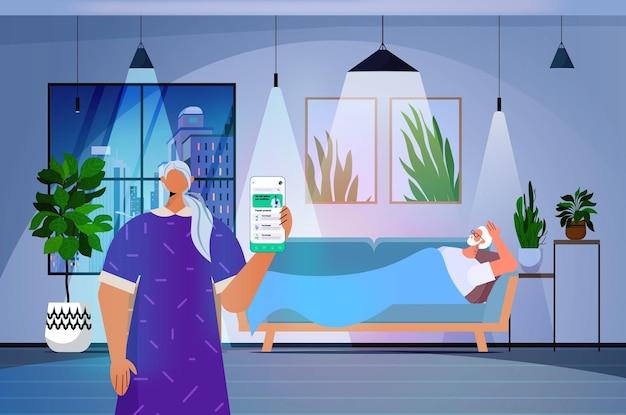 스마트폰 화면 온라인 의료 상담 의료에서 의사와 전화를 걸고 논의하는 수석 여성 환자