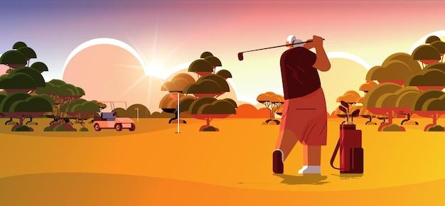 햇볕이 잘 드는 골프 코스에서 골프를 치는 노인 여성