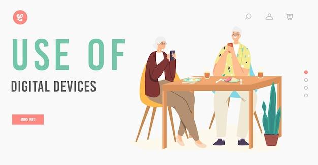 노인은 장치 방문 페이지 템플릿을 사용합니다. 인터넷에서 채팅하는 테이블에 앉아 세 커플 캐릭터. 소셜 미디어 및 가제트 중독, 의사 소통 문제. 만화 사람들 벡터 일러스트 레이 션