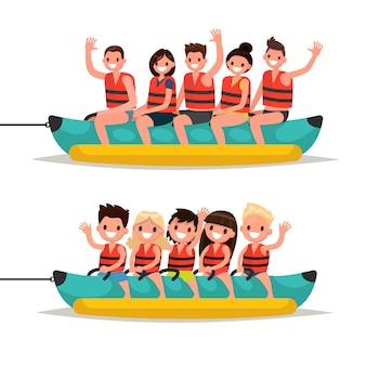 Установите взрослых и детей прокатиться на банановой лодке.