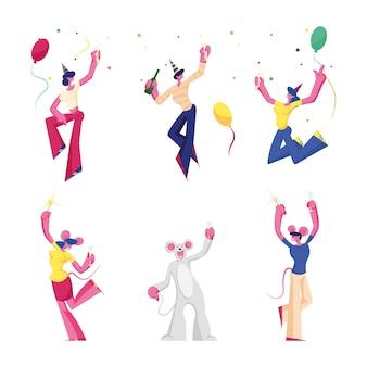 誕生日と新年のパーティーのお祝いを設定します。陽気な人々のグループ、マウスの衣装とお祝いの帽子の友達のキャラクター、