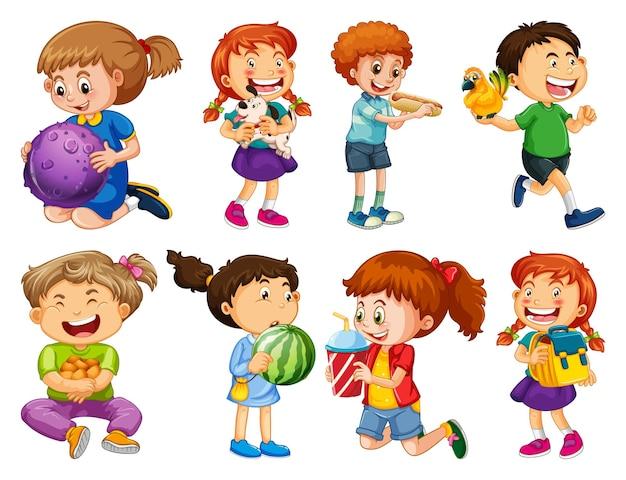 Set di bambini diversi che giocano con i loro giocattoli personaggio dei cartoni animati isolato su sfondo bianco