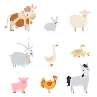 ファーム要素を設定します。フラットなスタイルでかわいい家畜を集めてください。ペットの牛、馬、豚、ガチョウ、ウサギ、鶏、山羊、羊、七面鳥、白い背景で隔離のアヒルのイラスト。ベクター