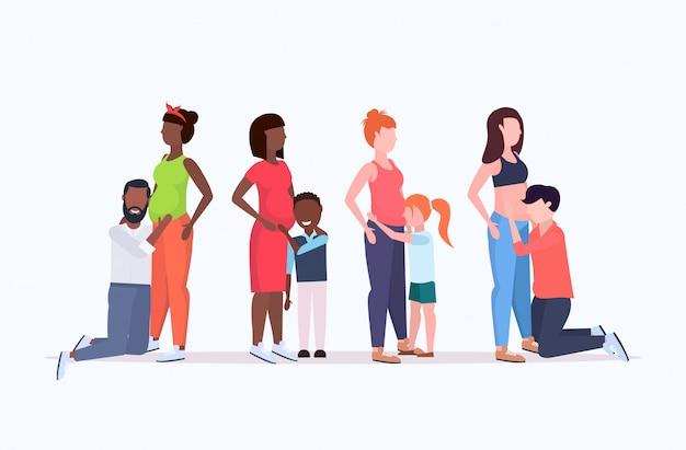 혼합 된 경주 남자와 신생아 행복 한 가족 임신 개념 전체 길이 가로 기다리고 임신 한 여자의 뱃속 여성을 듣고 아이들을 설정
