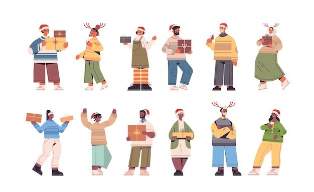 선물 선물 상자 새 해 복 많이 받으세요 메리 크리스마스 휴일 축 하 개념 가로 전체 길이 벡터 일러스트와 함께 재미 산타 클로스 모자에 혼합 인종 사람들을 설정