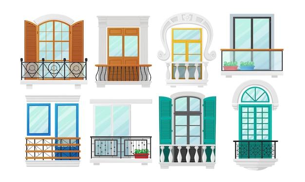 목재 셔터 및 금속 단조 또는 대리석 난간 동자가있는 창문이있는 발코니 세트. 고전 건축 건축 외관 장식