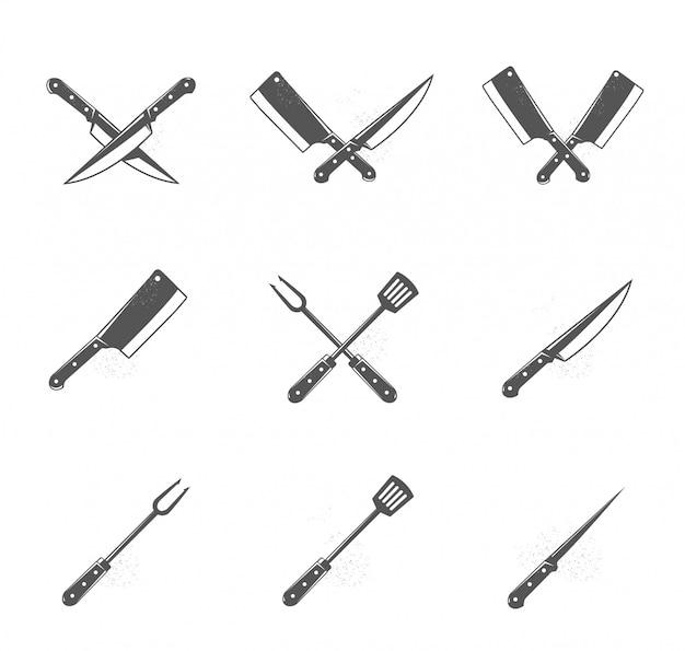 Комплект инструментов барбекю и гриля изолированных на белой предпосылке. элементы дизайна для меню, плакат, эмблема, знак. монохромная иллюстрация