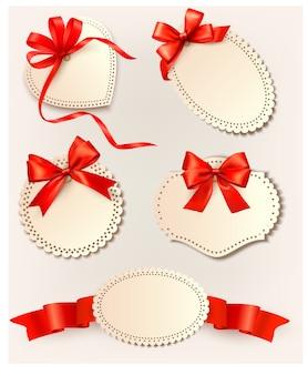 Набор красивых тегов с красными подарочными бантами с лентами