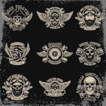 Набор байкерских эмблем. череп гонщика со скрещенными поршнями. экстремальный автоспорт. элементы для логотипа, этикетки, эмблемы, знака. иллюстрация