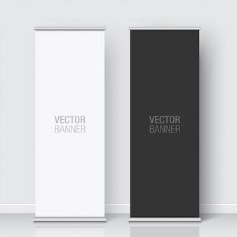 흰 벽 배경에 서있는 검은 색과 흰색 롤업 배너의 집합입니다. 세로 배너 현실.