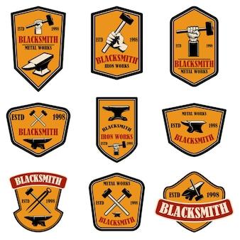 Набор эмблем кузнеца и чугунолитейного завода. элемент дизайна для логотипа, этикетки, знака, плаката, футболки.