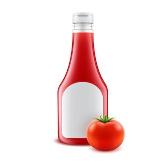 空白のガラスプラスチック赤いトマトケチャップボトルホワイトラベルとブランドの白い背景で隔離のフレッシュトマトのセット