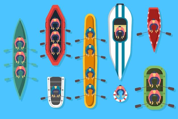 Набор лодок, каяков с людьми внутри. вид сверху рыбацкой лодки на воде. река или море, озеро или пруд с моторным или деревянным парусником.