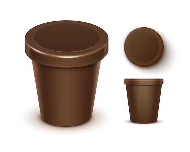 チョコレートデザート、ヨーグルト、パッケージデザインのラベルが付いたアイスクリームの茶色の空の食品プラスチック浴槽バケットコンテナーのセットをクローズアップホワイトバックグラウンド上に分離されて上面ビュー