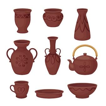 Набор коричневой глиняной посуды, изолированные на белом фоне