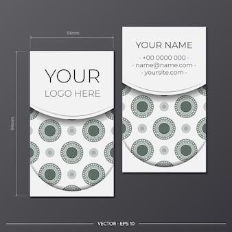 Набор визитных карточек. винтажный образец в современном стиле с заводами цикламена и цикадами. старая бумага, полосы и пятна. соответствует типовым размерам.