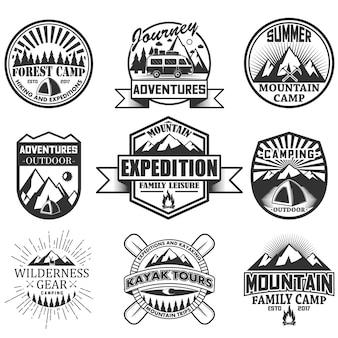 白い背景で隔離のキャンプオブジェクトのセット。旅行のアイコンとエンブレム。アドベンチャーアウトドアラベル、山、テント、車、ラフティング、火。
