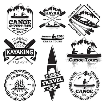 カヌーとカヤックのラベルのセット。カヌーボートに乗った2人の男性、カヤックに乗った男性、ボートとオール、山、キャンプファイヤー、森、カヌーツアー、カヤック、カヌートラベルショップ。