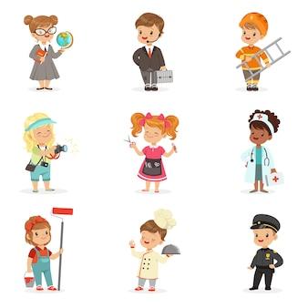 아이들을위한 만화 직업의 집합입니다. 작업복 일러스트에서 작은 소년과 소녀 미소