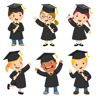 卒業式のガウンと鏝板の子供たちのセット