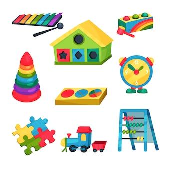 子供のおもちゃのセットです。木琴、リング付きピラミッド、そろばん、パズル、時計、電車、幾何学図形用の穴のある家。フラット要素