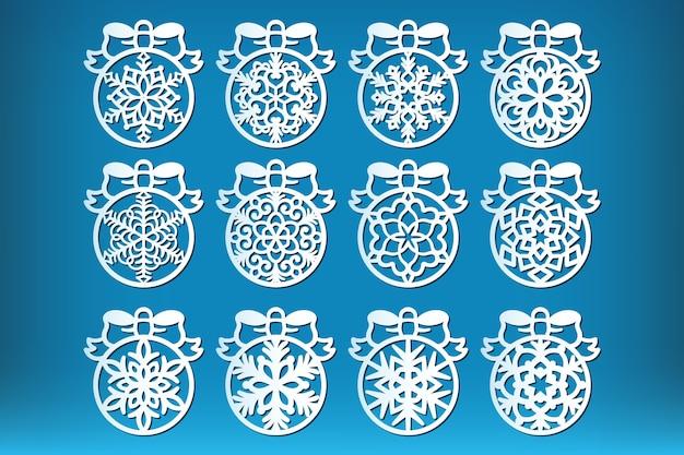 Набор новогодних шаров, изолированных на синем