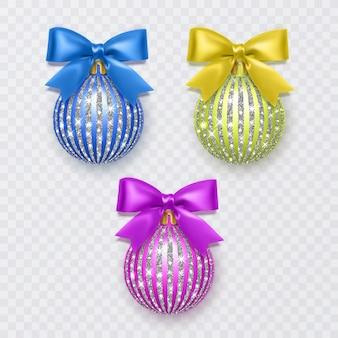 白い背景で隔離の弓の新年の装飾とクリスマスボールのセット