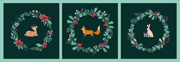 -小枝、葉、果実、ヒイラギ、キツネ、子鹿と野ウサギ、ウサギ、中央のギフトとポインセチアの花輪のクリスマスカードのセット。濃い緑色の背景にレトロなクリスマスの動物。
