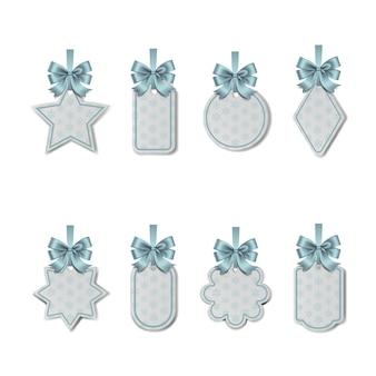 밝은 파란색 리본과 눈송이가 있는 리본 겨울 선물 태그가 있는 크리스마스 가격표 세트