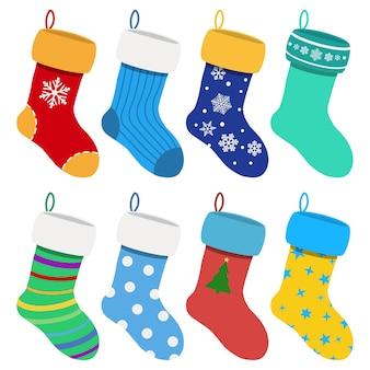 さまざまなパターンのさまざまな色のクリスマス ソックスのセット