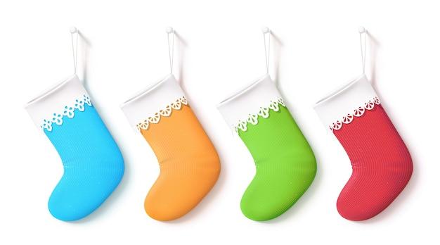 크리스마스 스타킹 가방 세트. 하늘색, 노란색, 녹색 및 빨간색 색상의 빈 양말을 거는 것. 네 가지 현실적인 개체. 흰색 레이스 옷깃이 달린 장식 신발.