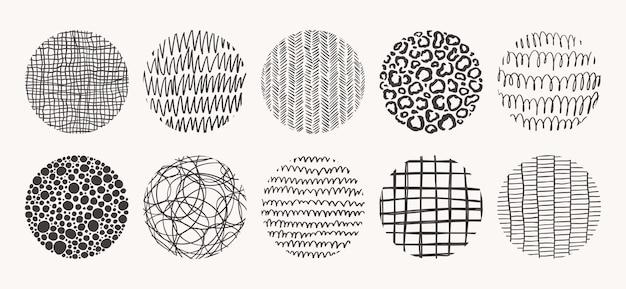 원 손으로 그린 패턴의 집합입니다. 잉크, 연필, 브러시로 만든 텍스처. 반점, 점, 원, 선, 줄무늬, 선의 기하학적 낙서 모양.