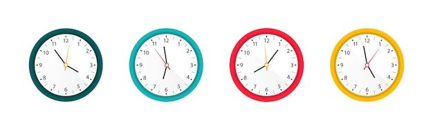 異なる色のデザインのカラー時計のセット