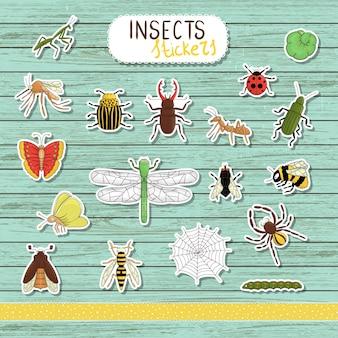 青い木製の着色された昆虫のステッカーのセット。白い背景の明るい蜂、マルハナバチ、メイバグ、フライ、,、蝶、毛虫、クモ、てんとう虫に分離のコレクション