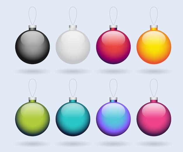 分離された色の光沢のあるクリスマスボールのセット