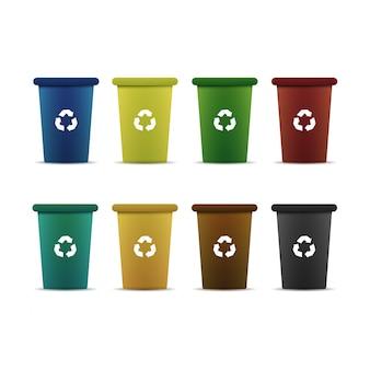 白い背景の上のゴミをリサイクルするためのカラフルなコンテナーのセット。環境と汚染の概念。
