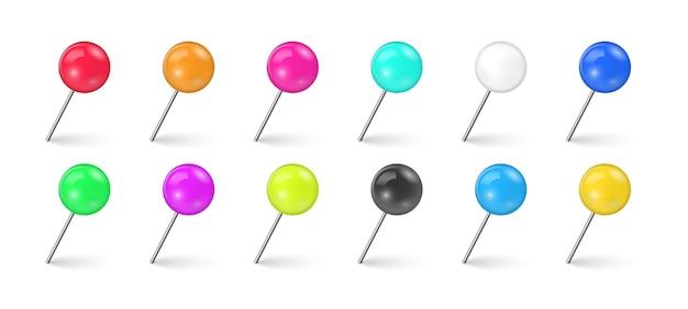 Комплект красочного тэкса штыря в различном ракурсе изолированного на белой предпосылке. швейные иглы или пластиковые кнопки для заметок на бумаге. реалистичные кнопки.