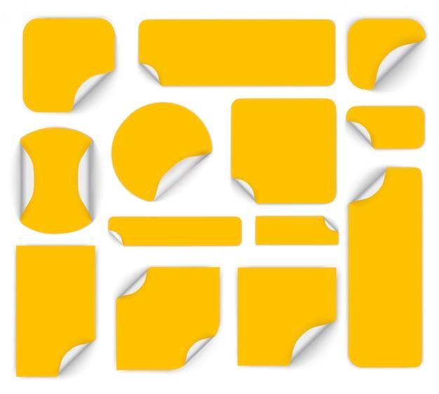 접힌 된 가장자리와 다채로운 라운드 접착 스티커 세트. 컬된 모서리와 다른 모양의 멀티 컬러 종이 스티커 세트. 빈 가격표 템플릿.