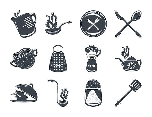Набор посуды и столовых приборов включает терку, блендер, лопатку, вилку и ложку.