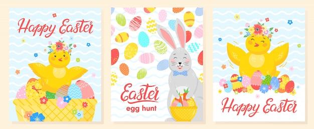 創造的なイースターカードのセット。手描きの卵、小さなひよこ、かわいいウサギと花のレタリング。 Premiumベクター
